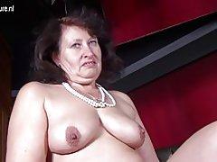 Grande mère sexy avec vagin affamé