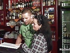Vieille mère allemande 38 an obtenir baisée dans la barre de jeune étranger